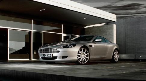 Transportation - Aston Martin DB9 Front vor moderner Architektur