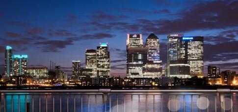 Architektur--Canary-Warf--Stadtteil-von-London-mit-Banken-Skyline--Nachtaufnahme