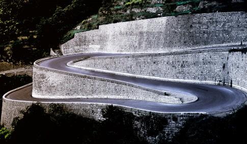 Landscape---Serpentinenstrasse-fuehrt-an-Steinmauern-vorbei--Col-De-Turini---Suedfrankreich