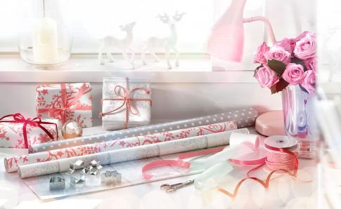 Home/Living/Dekoration - Geschenkpapierrollen mit Baendern + Geschenkpaeckchen_Weihnachtlich