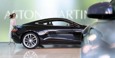 Corporate/Firmenprofil - Frau betrachtet Auto im Showroom_Aston Martin