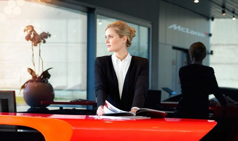 Corporate/Firmenprofil - Dame in Business Outfit an Empfangstheke_McLaren