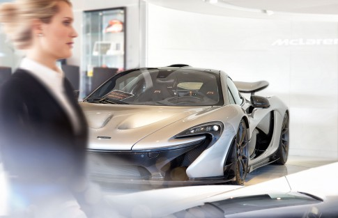 Firmenportraits---McLaren-P1-in-Showroom