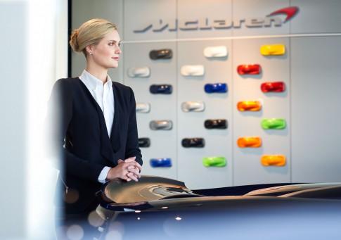 Corporate/Firmenprofil - Frau in Businesskleidung in Autoshowroom_McLaren
