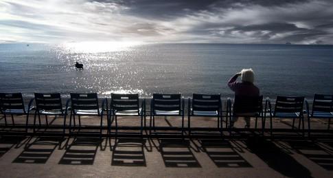 Landscape--Frau-sitzt-an einer-Promenade-und-blickt-auf-das-Meer---Promenade Des Anglais--Nizza