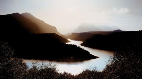 Landscape--Fluss-schlaengelt-sich-durch-Huegellandschaft---Sardinien