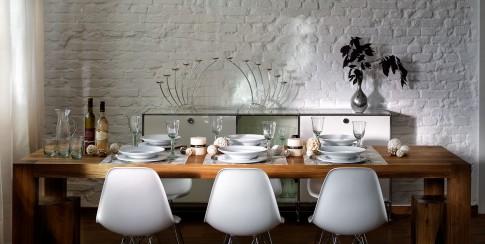 Home/Living/Dekoration - Stimmungsvolle Tischdeko mit weissen Tellern + Glaesern auf Holztisch