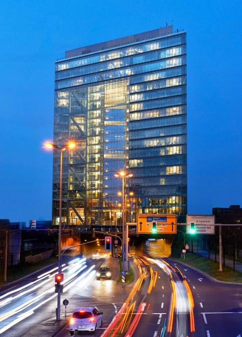 Architektur--Buerohaus-Glasgebaeude-bei-Nacht-beleuchtet---Stadttor--Duesseldorf