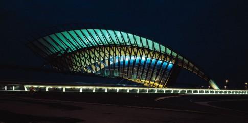 Architektur--TGV-Bahnhof-Satolas-bei-Nacht---Lyon-Frankreich