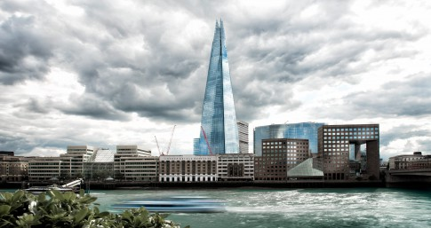 Architektur--The-Shard-mit-Themse-im-Vordergrund---London
