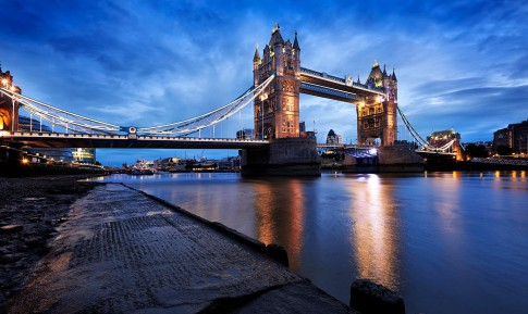 Architektur--Tower-Bridge-in-der-Morgendaemmerung-mit-Themse-im-Vordergrund---London