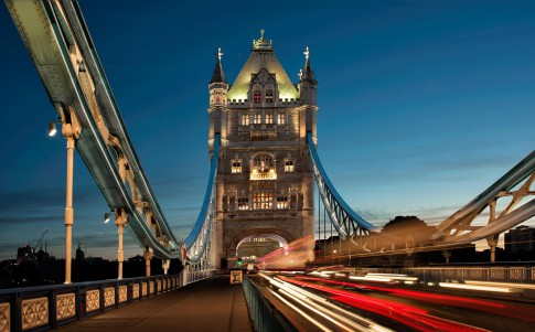 Architektur--Tower-Bridge--London--Morgendaemmerung--mit-Lichtern-von-fahrenden-Autos
