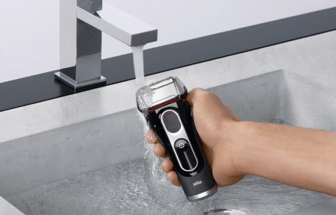 Braun-Rasiererkampagne-Serie5 - Trockenrasierer unter fließendem Wasser