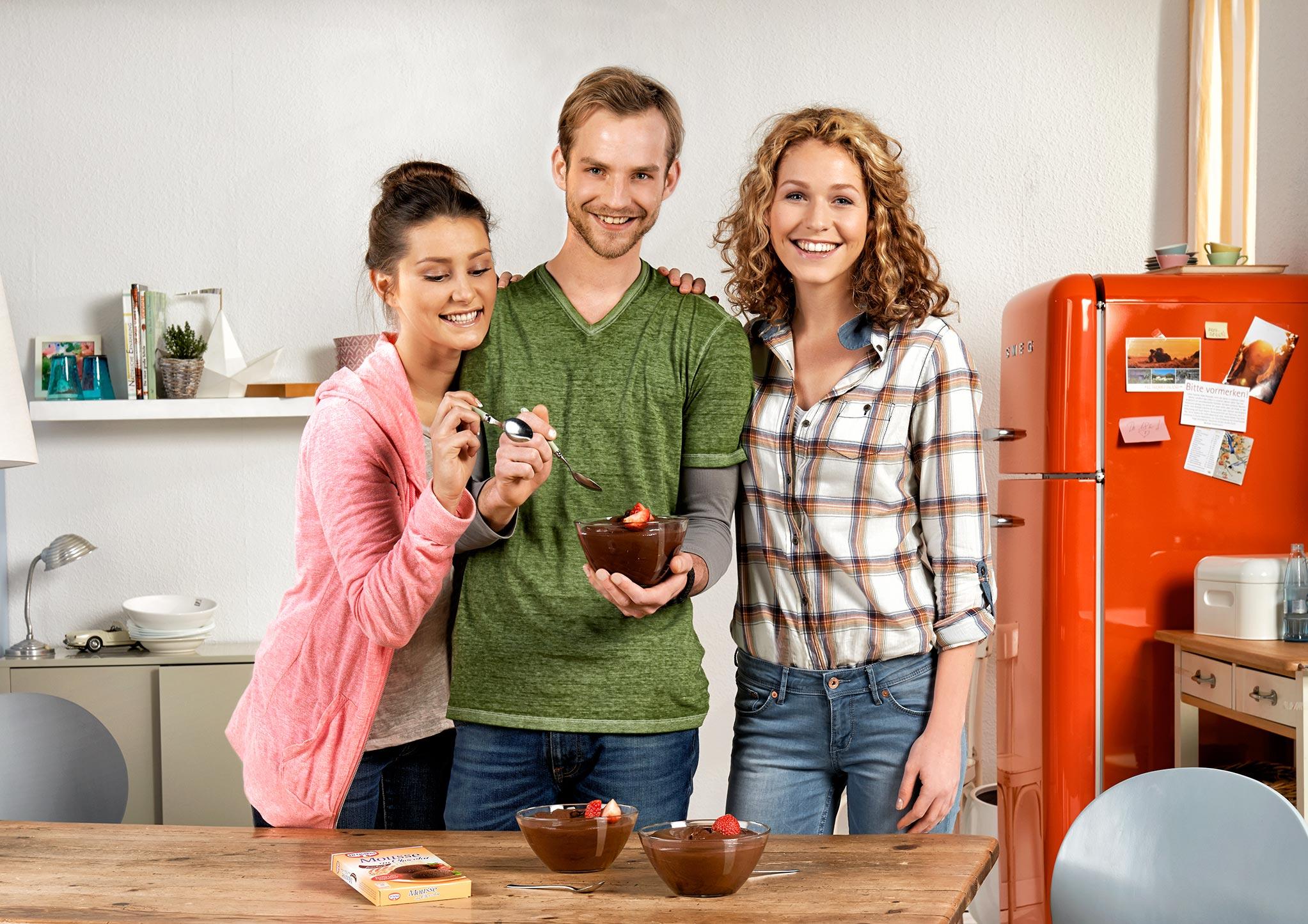 Peoplefotografie studenten in ihrer wg kueche beim for Studenten küche