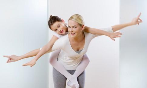 Peoplefotografie---Mutter-und-Kind-bei-Gymnastikuebungen--Boehringer-Ingelheim