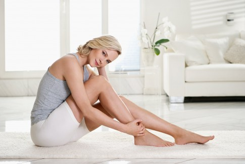 Peoplefotografie---Frau-beim-Yoga-in-weissem-privaten-Ambiente---Boehringer-Ingelheim-Kampagne