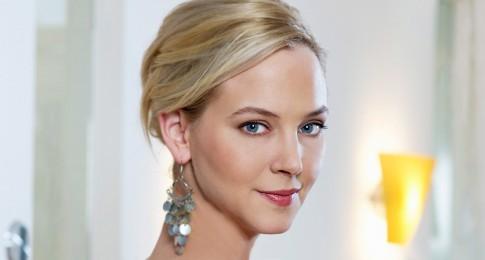 Peoplefotografie---Blonde-Frau-mit-blauen-Augen-und-Ohrschmuck