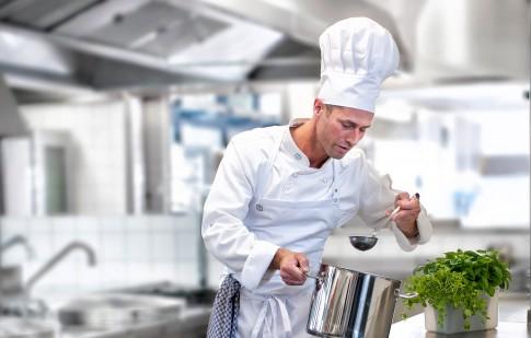 Peoplefotografie--Koch-in-Grosskueche-beim-Abschmecken-einer-Suppe---Metro