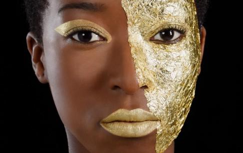 Peoplefotografie---Farbiges-Model-mit-goldenen-Lippen-und-Blattgold-auf-ihrem-Gesicht--Model-KeziahClaudine--Make-Up-Artist-Anna-Borho