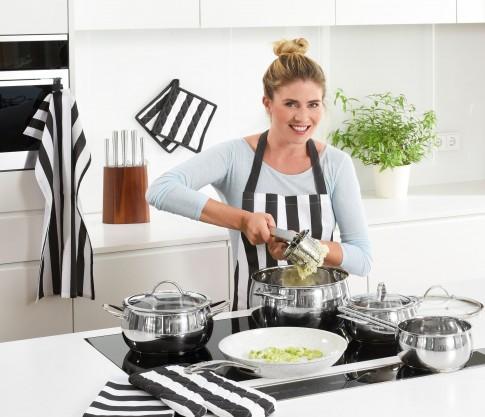 Home-Living  -  Frau mit Kochset in der Kueche