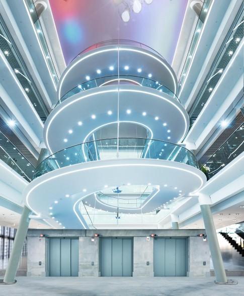 Architektur--Personenaufgang-SPINDEL-in-modernem-Moebelhaus---Innenarchitekturaufnahme