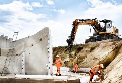 Industriefotografie---Bauindustrie--Bauarbeiter-in-Aktion