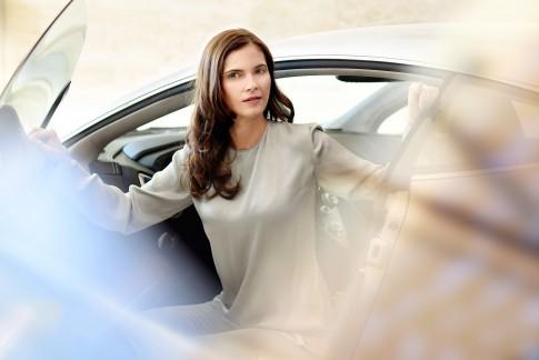 Peoplefoto  -  Frau steigt aus Auto  -  Aston-Martin