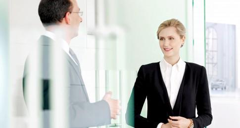 Firmenportraits---Mitarbeiter-im-Gespraech-an-einer-Glastuere