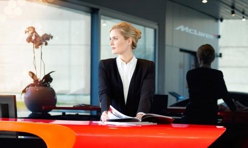 Firmenportraits---Dame-in-Businesskleidungt-am-Empfang