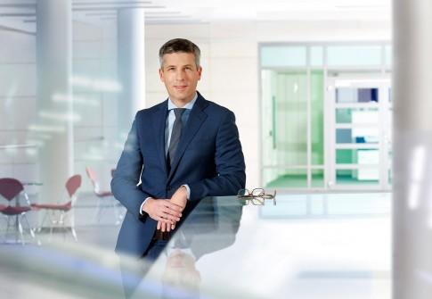 Firmenportraits-Businessfotografie--Banker in modernem Ambiente seiner Bank