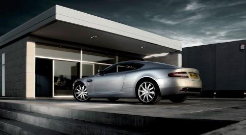 Transportation - Aston Martin DB9 Seite/Heck vor moderner Architektur