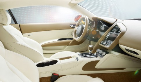 Transportation - Interiorfoto Cockpit mit Mittelkonsole Audi R8 hellbeige