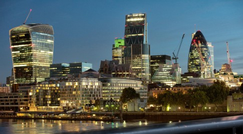 Architektur--Naechtliche-Architekturaufnahme-Building-Skyline---Bankside-of-London