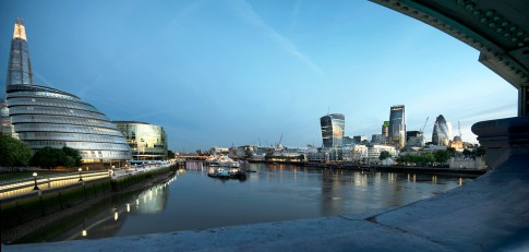 Architektur--City-Hall-of-London-mit Themse-und-Bankside--London
