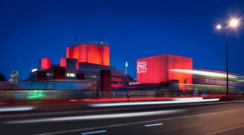 Industriefotografie--Industriearchitektur-farbig beleuchtet---Nachtaufnahme
