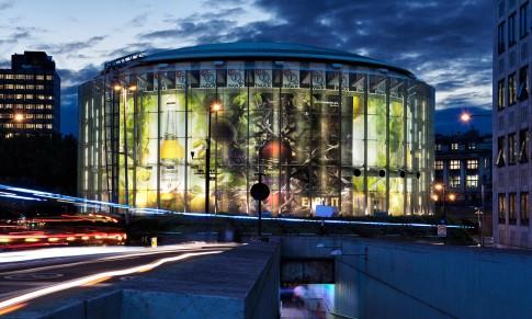Architektur--Nachtaufnahme-rundes-beleuchtetes-Glasgebaeude---Esprit-Emax-House-London