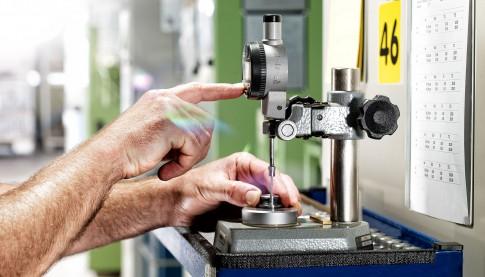 Industriefotografie---Haende-bedienen-ein-Schraubenmess-und-Pruefgeraet