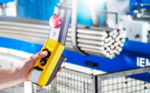 Industriefotografie---Hand-haelt-Fernbedienung-für-Deckenkran