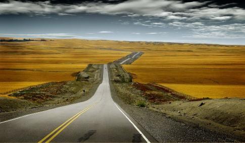 Landscape---Lange-Strasse-durch-karge-Landschaft---New-Zeeland