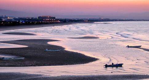 Landscape---Roetliche-Abendstimmung-ueber-dem-Meer-vor-Muscat---Oman