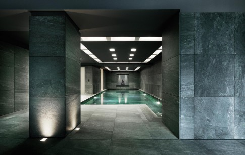 Architektur--Swimming-Pool-Indoor-in-Privatlocation-coole-Steinwaende--Innenarchitekturaufnahme