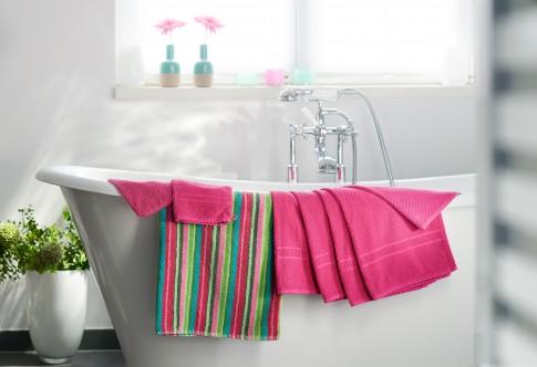 Home/Living/Dekoration - Schoener-Wohnen_Bunte Handtücher auf Badewanne