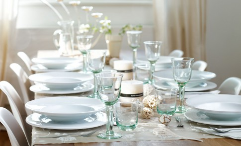 Home/Living/Dekoration - Mit weissem Porzelan + Glaesern gedeckter Tisch