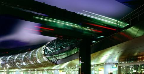 Architektur--Skytrain-Nachtaufnahme---Airport-Duesseldorf