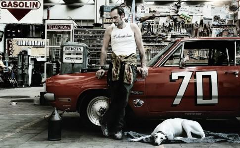 Transportation - Mann mit Hund vor Cadillac in Werkstatt