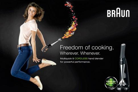Peoplefotografie---Frau-mit-T-Shirt-blauer-Jeansund-Ballerinas-springt-in-die-Luft--Braun--Multiquick-Kampagne