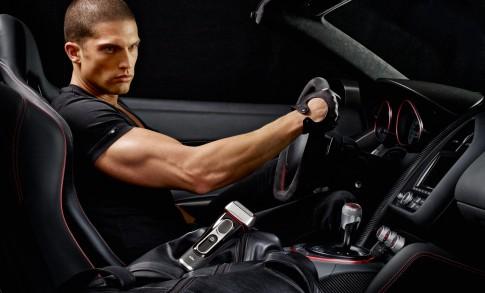 Peoplefotografie---Mann-am-Steuer-eines-Audi-R8GT-schwarze-Ausstattung-Blick-von-Beifahrertuere-Seitensicht