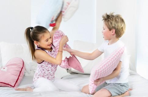 Peoplefotografie---Kinder-bei-einer-Kissenschlacht--Boehringer-Ingelheim