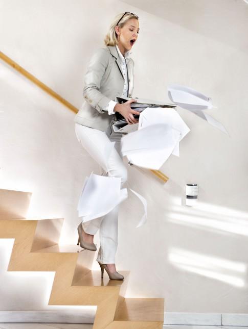 Peoplefotografie---Frau-stolpert-auf-Treppe-Papiere-fliegen-durch-die-Luft---Boeringer-Ingelheim