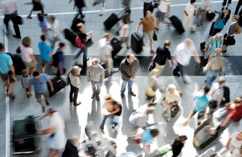 Peoplefotografie---Menschen-in-eiliger-Bewegung---Sanofi-Pharma